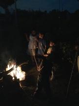 The children roast bambones.